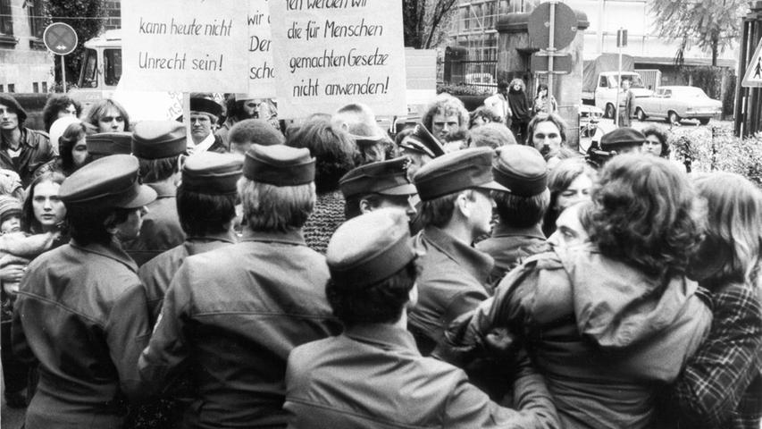 Viele Jugendliche wohnten noch bei ihren Eltern und besuchten die Schule. Unter den Inhaftierten befanden sich 21 Minderjährige und 49 Personen im Alter zwischen 18 und 21 Jahren. Der damalige Haftrichter Ludwig Dorner begründete die Verhaftungen damit, dass der Rechtsstaat Flagge zeigen musste. Bayerns damaliger Ministerpräsident Franz-Josef Strauß sagte, er habe in den Hausbesetzern sogar den