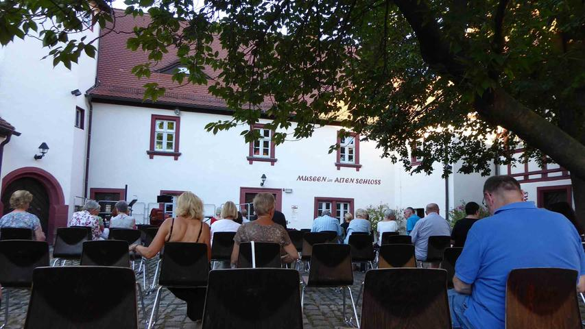 …nach dem mit 60 Besuchern der Schlosshof bereits ausverkauft war, der sonst über 200 Musikfreunden Platz bietet.
