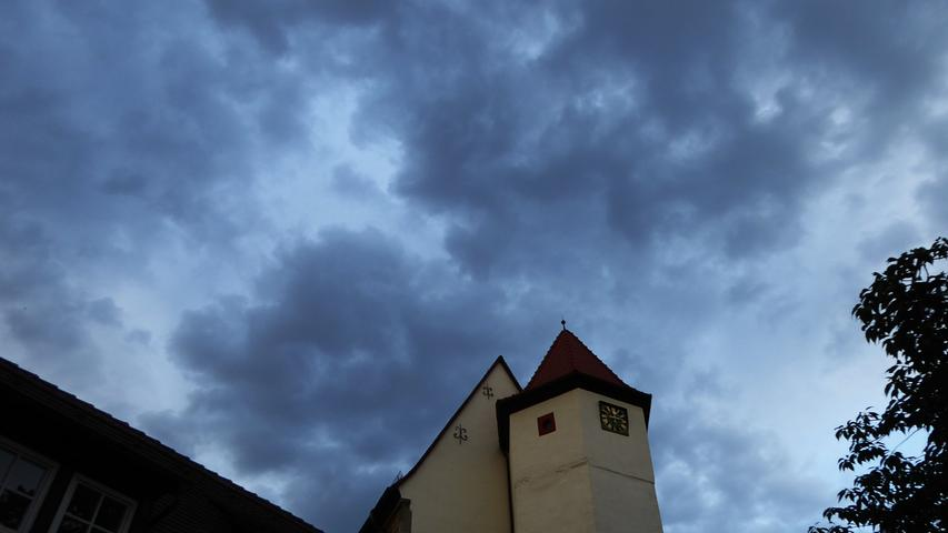 Mit drohenden Regenwolken ging es in das Konzert am Samstagabend…