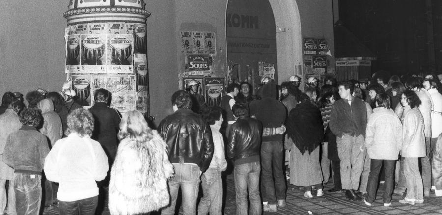 """Am 5. März 1981 kam es im Nürnberger Komm, dem jetzigen Kulturzentrum K4 bzw. Künstlerhaus im KunstKulturQuartier, zu einem Ereignis, das bundesweit Schlagzeilen machte und als """"Massenverhaftung"""", """"Komm-Massenverhaftung"""" oder """"Massenverhaftungen von Nürnberg"""" in die Geschichte einging. Am Morgen des 6. März 1981 erfuhr die Nürnberger Bevölkerung aus dem Radio, dass es in der Nacht zu Ausschreitungen in der Innenstadt gekommen war. Die Polizei hatte das selbstverwaltete Jugendzentrum Komm umstellt und überwiegend junge Menschen festgenommen."""