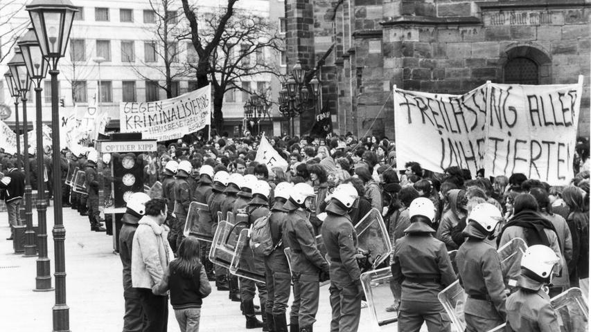 Doch nicht nur die Eltern der inhaftierten Kinder und Jugendlichen waren empört über das Verhalten der Polizei, auch die Nürnberger Bevölkerung stand dem Einsatz äußerst kritisch gegenüber. Für den 10. März 1981 hatte die Nürnberger SPD zu einer Protestkundgebung aufgerufen, zu  der sich mehr als 7000 Teilnehmer auf dem Platz vor der Lorenzkirche einfanden.