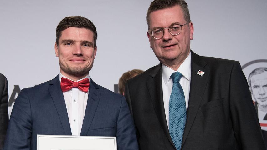 Im März 2018 machte Klauß den DFB-Lehrgang zum Fußballlehrer an der Hennes-Weisweiler-Akademie und schloss sie im März 2018 als Jahrgangsbester ab. Im Interview mit dfb.de zeigt er sich bescheiden und führt seinen guten Abschluss eher auf