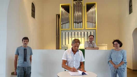 Unterschrift besiegelt den Orgel-Neubau
