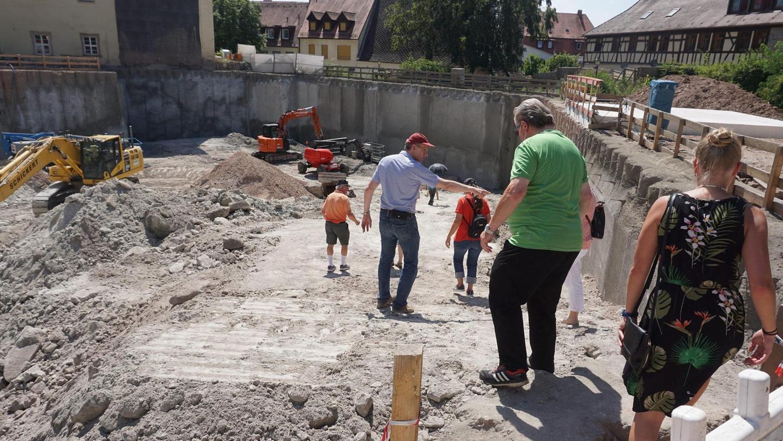 Hinab in die Tiefe: Bei einem Baustellenrundgang konnten sich Bürger einen Eindruck vom Fortgang der Arbeiten verschaffen.