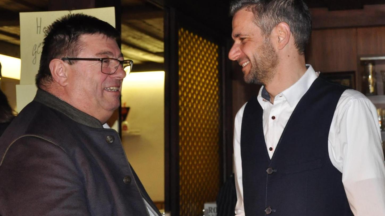 Der scheidende Bürgermeister Hans Popp (links) gratulierte am Wahlabend seinem Nachfolger Stefan Bach. Nun fechten zwei Bürger der Krautstadt diese Wahl an.