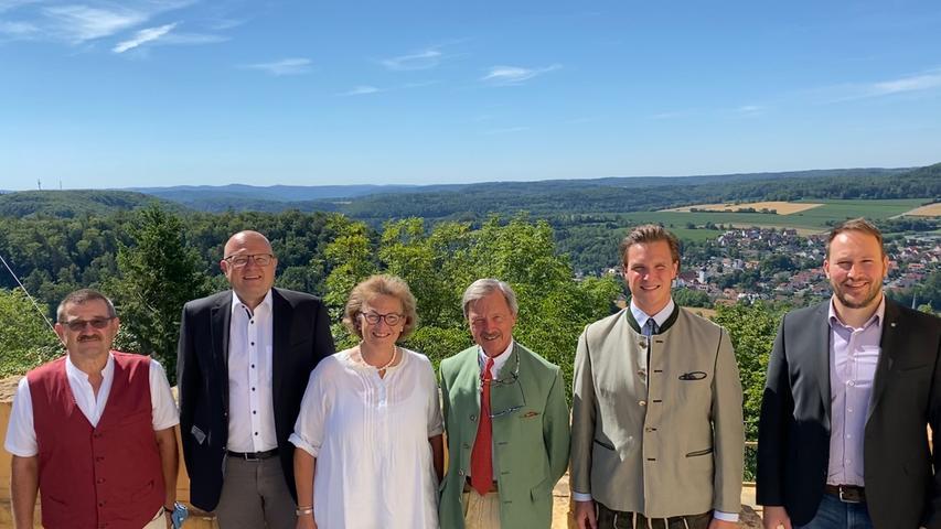 Am Samstag, den 01. August, feierte Christoph Schenk Graf von Stauffenberg auf Schloss Greifenstein seinen 70. Geburtstag. Stellvertretend für die Marktgemeinde überbrachten der erste Bürgermeister Stefan Reichold, der dritte Bürgermeister Bernd Büttner und Geschäftsleiter Rüdiger Schmidt die Glückwünsche.
