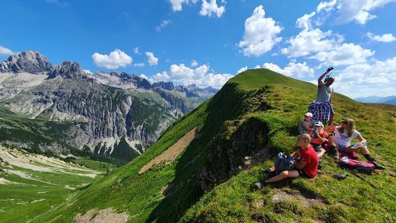 Blick in die Allgäuer Alpen vom Panoramawanderweg am Neunerköpfle.