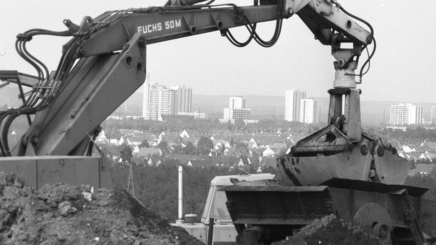 """1970 noch ein unappetitlicher Müllhaufen, im Jahr darauf schon eine schmucke Grünanlage mit Blick über das Hafengelände und Nürnbergs Süden: der Hafenbuck. Hier geht es zum Artikel vom7. August 1970: """"Nordwampen"""" und """"Hafelekar""""."""