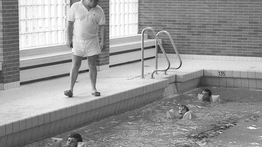 Schwimmen lernen ist in Nürnberg gar nicht mehr so einfach. Das mußte unser Leser Vincent Böhm am eigenen Leib erfahren, als er seine acht Jahre alte Tochter 'Karin zu einem Schwimmkurs anmelden wollte. Hier geht es zum Artikel vom8. August 1970: Kein Platz für Nichtschwimmer.