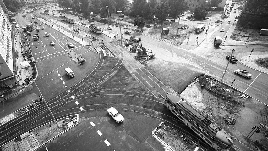 Nach dreieinhalb Wochen wurden die Sperren für wichtige, über den Rathenauplatz führende Routen wieder aufgehoben. Hier geht es zum Artikel9. August 1970: Freie Fahrt am Rathenauplatz.