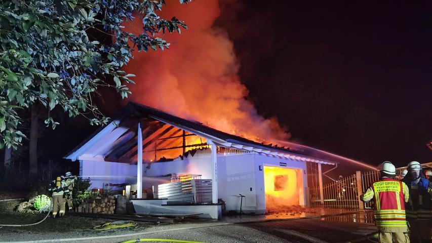Garage brennt aus: Flammen zerstören zwei Fahrzeuge in Raindorf