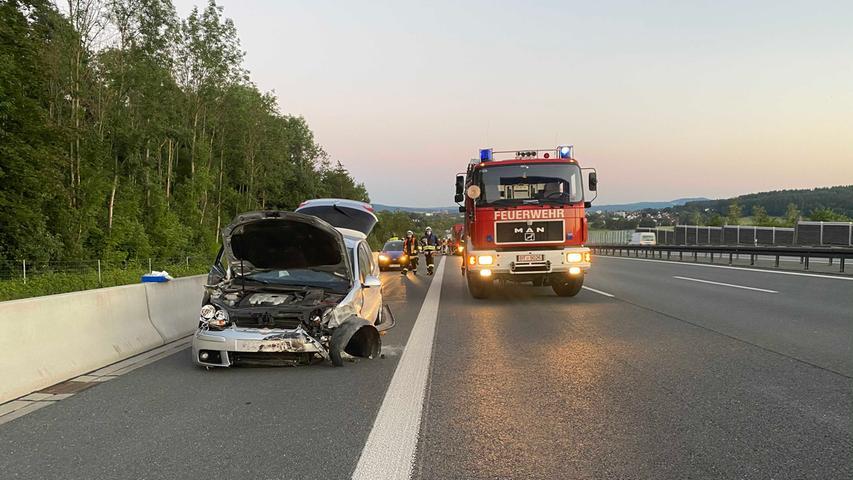 Alleinbeteiligt kam ein Fahrzeug am Mittwochabend (05.08.2020) auf der A9 auf Höhe Bindlacher Berg (Lkr. Bayreuth) von der Fahrbahn ab. Laut ersten Informationen krachte das Fahrzeug links gegen die Leitplanke und schleuderte dann wieder rechts rüber. Das Fahrzeug wurde bei der Kollision mit der Leitplanke stark beschädigt. Die Unfallursache und ob es verletzte Personen gab, ist bislang noch unklar. Foto: NEWS5 / Holzheimer Weitere Informationen... https://www.news5.de/news/news/read/18510