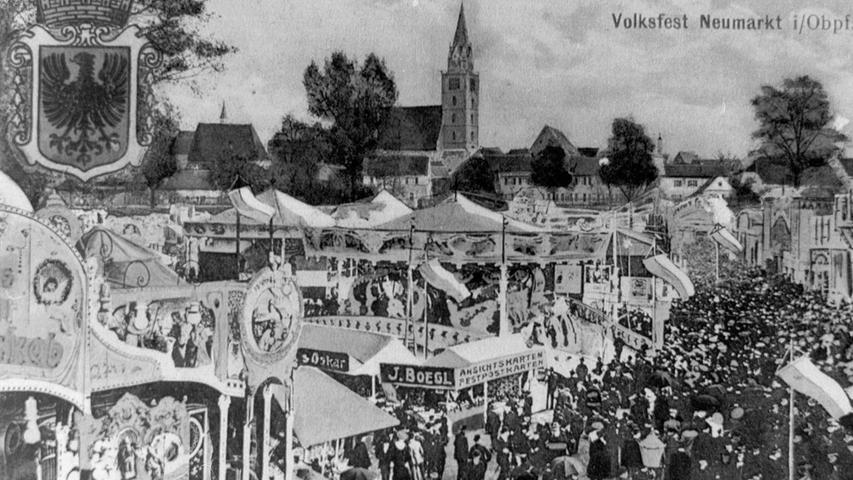 """Vor 1983 tummelten sich die Neumarkter auf dem Festplatz an der Ringstraße, wie diese historische Postkarte zeigt. Beim landwirtschaftlichen Volksfest waren Schaugeschäfte wie """"Europas größtes Weltmuseum"""" schon von Anbeginn dabei."""