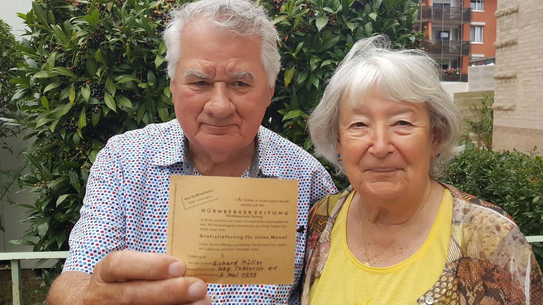 Bei der Suche nach einem Suppenrezept findet das Ehepaar einen Gutschein für den einmonatigen, kostenlosen Bezug der Tageszeitung.