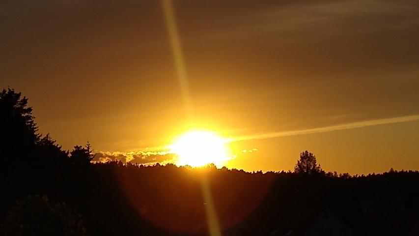 Peter Münch hat dieses wunderschöne Foto vom Sonnenuntergang in Oesdorf gemacht.