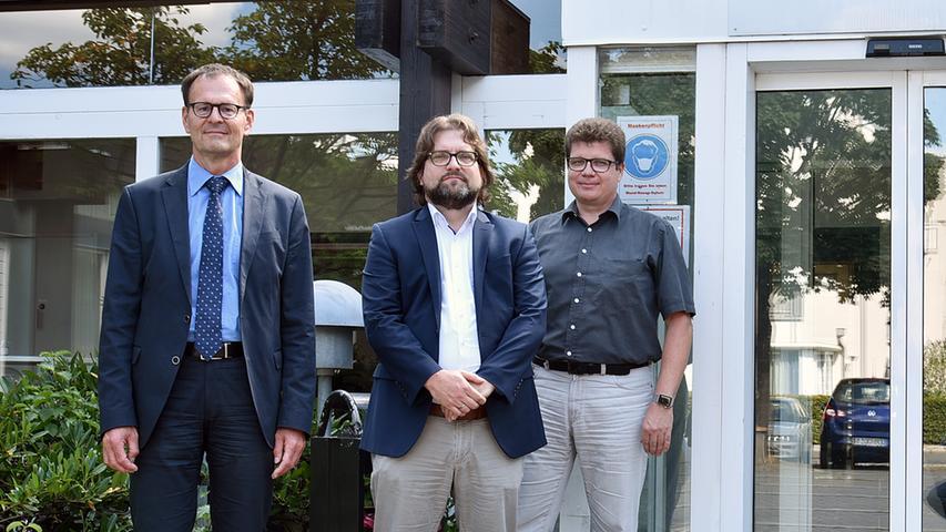 Zu einem Rundgang durch die neuen Räumlichkeiten sind zusammengekomme (von links): der Direktor des Amtsgerichts Erlangen, Helmut Köhler, Geschäftsleiter Jörg Seitz und der Pressesprecher, Richter Wolfgang Pelzl.
