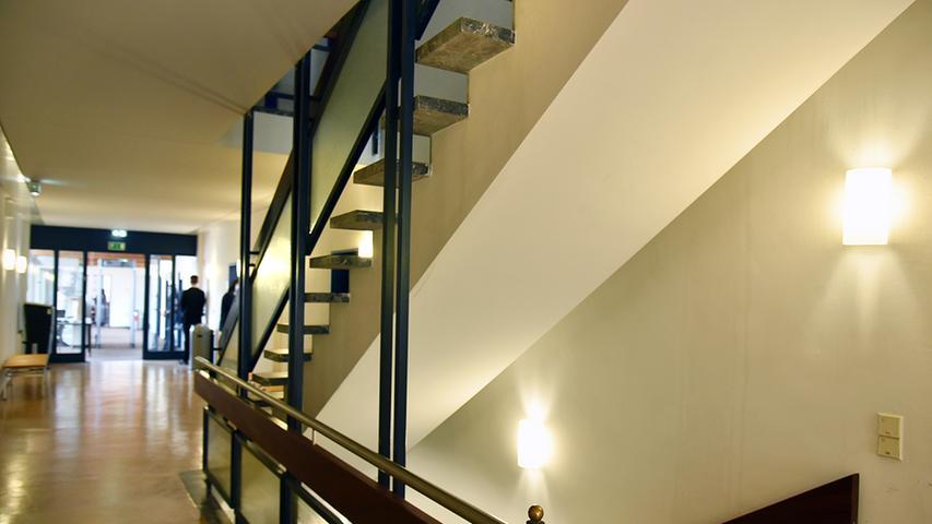 Auf zwei Stockwerken verteilen sich die Mitarbeiter: Unten sind die Sitzungssäle, oben die Büros.