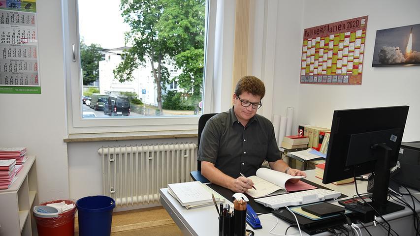 Richter Wolfgang Pelzl vertieft sich in seinem neuen Büro in seine Akten.