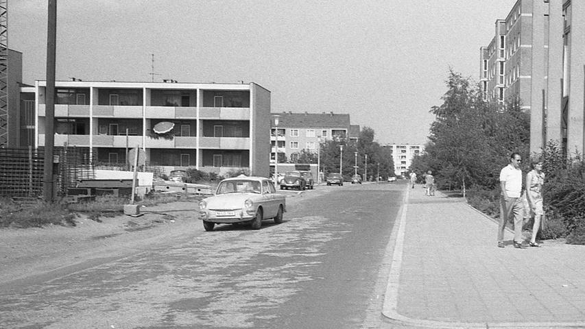In Langwasser ist nicht alles so, wie es sein könnte. Zu diesem Ergebnis kommt eine Untersuchung des Städtebau-Instituts Nürnberg (SIN), die sich u. a. auch mit den Straßenverhältnissen in diesem Neubauviertel beschäftigt. Hier geht es zum Artikel vom11. August 1970: In Langwasser fehlen die kurzen Wege.