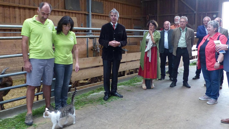 Regierungspräsident Axel Bartelt besuchte mit Landrat Willibald Gailler und Vertretern der Landwirtschafts- und Forstbehörden ausgesuchte landwirtschaftliche Betriebe, hier am Ziegenhof Deß in Richthof bei Freystadt