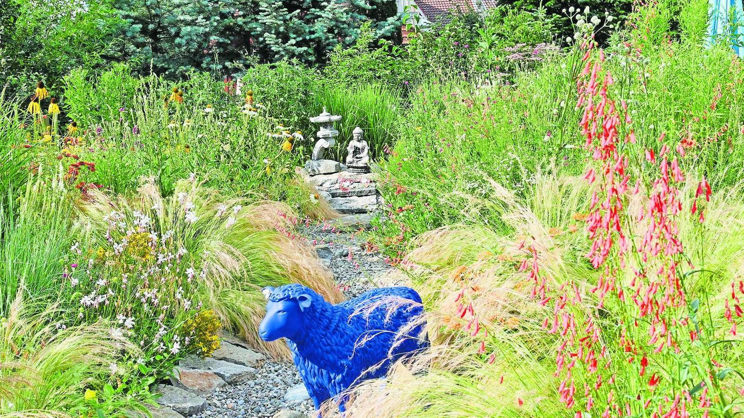 Die blauen Schafe des Künstlers Rainer Bonk mussten auf einen Weg umziehen, damit sie nicht zuwuchern.