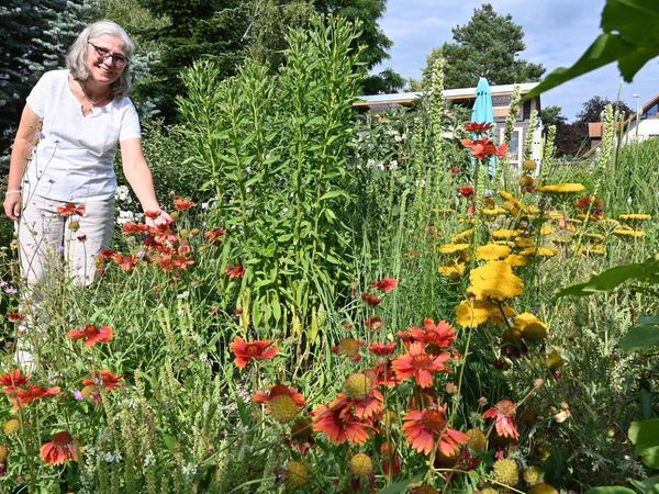 Genießt ihren vielgestaltigen Garten in Möhrendorf: Sabine van Osenbrüggen inmitten ihrer blühenden Pracht.