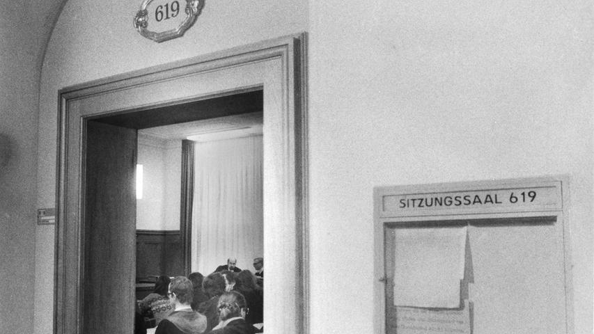 Die Anklage stützte sich auf Aussagen der am 5. März 1981 einegesetzten Polizisten und eines verdeckten Ermittlers, der sich bei der Demonstration unter die anderen Teilnehmer gemischt hatte. Der V-Mann durfte jedoch nicht vor Gericht erscheinen, da er vom Bayerischen Innenministerium keine Aussagegenehmigung erhalten hatte.
