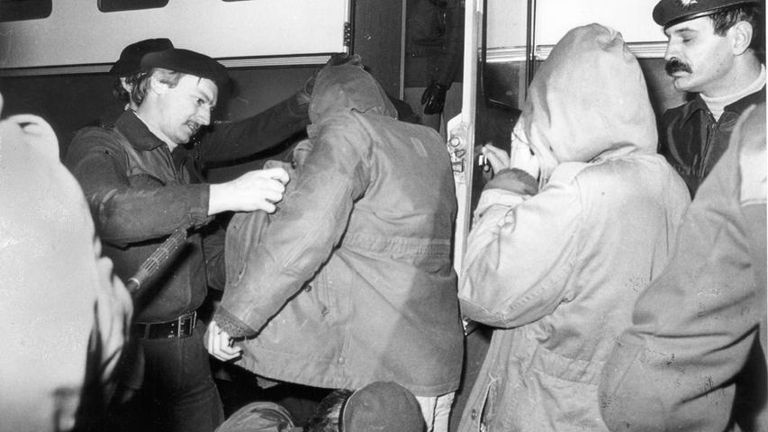 Irrtümlicherweise gingen die Besetzer des Gebäudes in der Johannisstraße davon aus, dass es sich dabei um städtisches Eigentum handelt. Tatsächlich aber gehörte es in den Besitz einer Erbengemeinschaft, die sich nicht auf einen Räumungsantrag einigen konnte. Eine Basis der Besetzer bildeten nach Polizeiansicht die politischen Gruppen des selbstverwalteten Jugendzentrums Komm. Dort zeigten Hausbesetzer aus Amsterdam am Abend des 5. März 1981 einen Videofilm über Räumungen, bei der die niederländische Polizei auch Armeepanzer einsetzte.