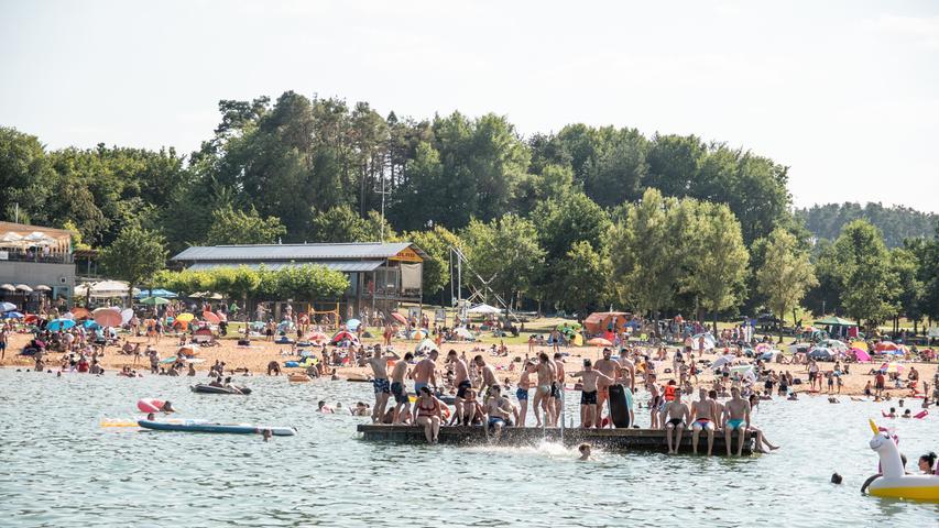 Mit Temperaturen von bis zu 37 Grad tummelten sich auch am Samstag (08.08.2020) wieder tausende Menschen amBrombachsee und den anderen Seen des Fränkischen Seenlandes. Dieeingeschränkten Urlaubs- und Reisemöglichkeiten führten bereits in den letzten Wochen zu einem massiven Aufkommen von Urlaubern und Tagesbesuchern. Eine Vielzahl von Parkverstößen, nicht erlaubtes Wildcampen und Verstöße gegen die Infektionsschutzbestimmungen wurden immer wieder festgestellt. Mancheblockierten dabei sogar Rettungswege: