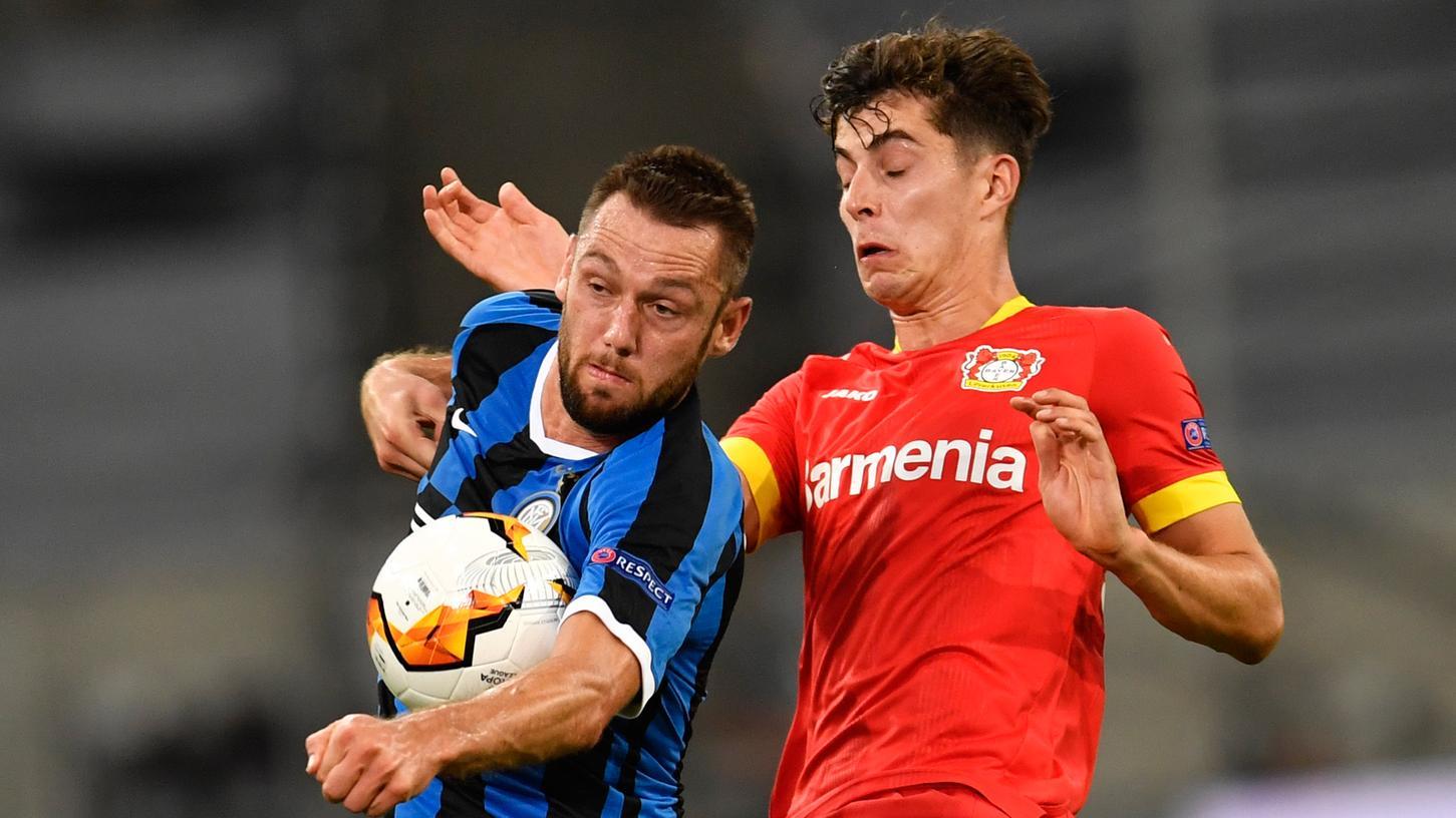 Hand drauf! Mailand kegelte Kai Havertz' Leverkusener aus dem Europapokal.