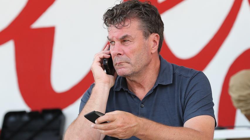 11.08.2020 --- Fussball --- Saison 2020 2021 --- Testspiel / Freundschaftsspie / Vorbereitungsspiel: SSV Jahn Regensburg - 1. FC Nürnberg Nuernberg FCN ( Club ) --- Foto: Sportfoto Zink/Daniel Marr/ --- ....Dieter Hecking ( Vorstand Sport 1. FC Nürnberg / FCN ) telefoniert Handy Telefon Smartphone