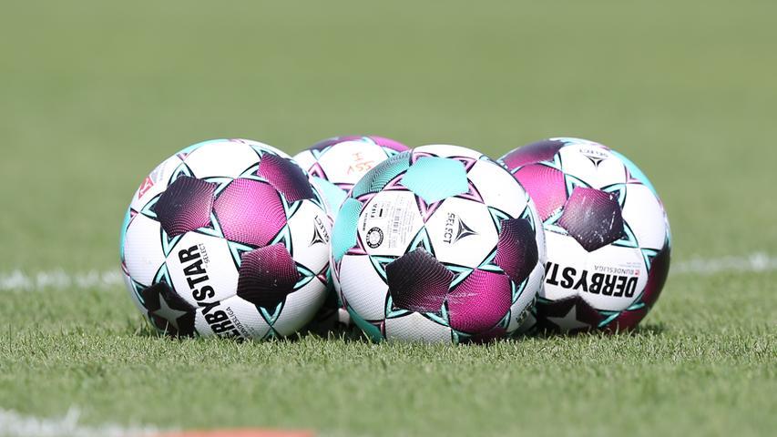 11.08.2020 --- Fussball --- Saison 2020 2021 --- Testspiel / Freundschaftsspie / Vorbereitungsspiel: SSV Jahn Regensburg - 1. FC Nürnberg Nuernberg FCN ( Club ) --- Foto: Sportfoto Zink/Daniel Marr/ --- ....Symbolbild Symbolfoto Feature Impression - Fußball Derbystar Ligaball Spielball