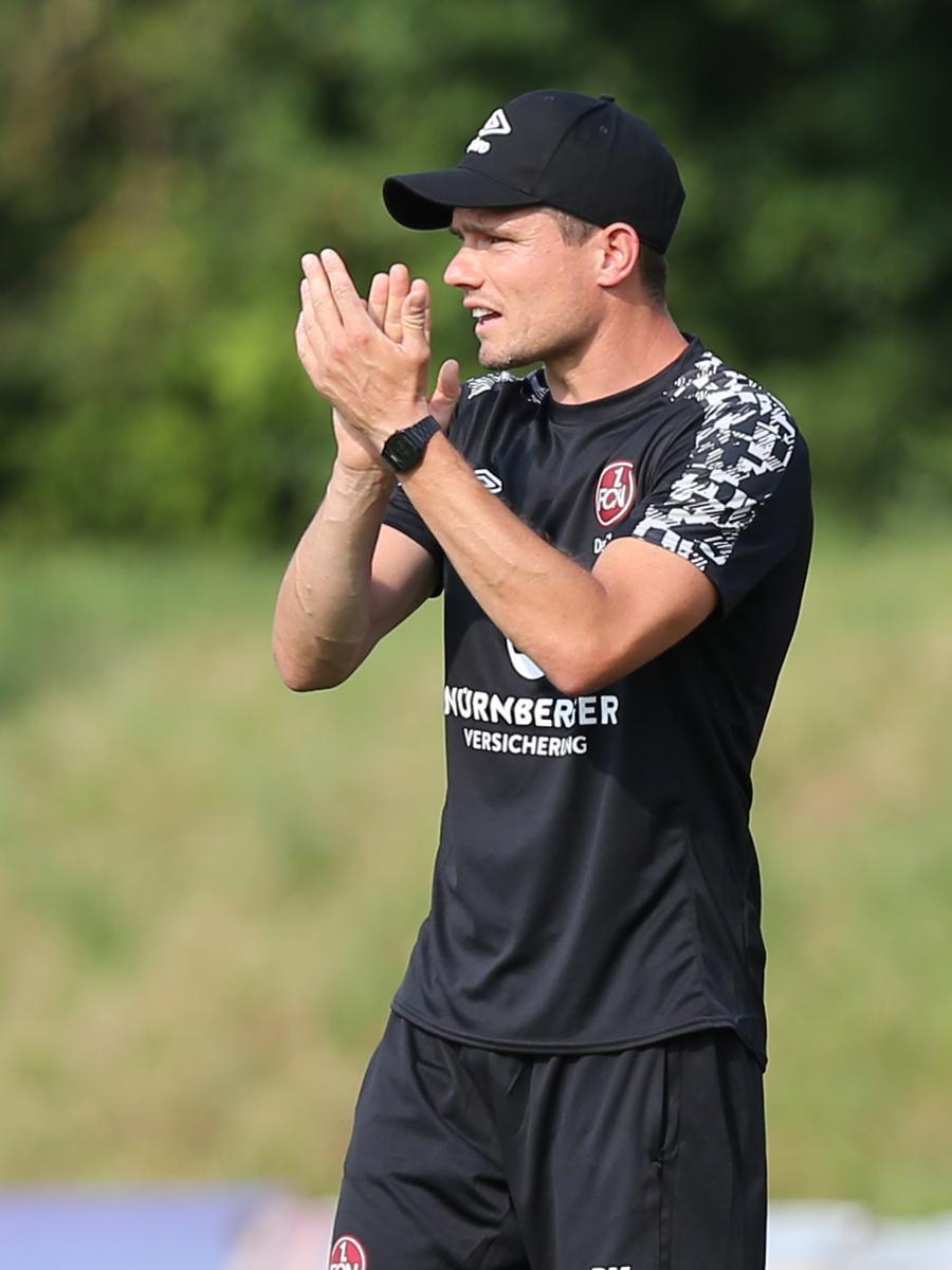 11.08.2020 --- Fussball --- Saison 2020 2021 --- Testspiel / Freundschaftsspie / Vorbereitungsspiel: SSV Jahn Regensburg - 1. FC Nürnberg Nuernberg FCN ( Club ) --- Foto: Sportfoto Zink/Daniel Marr/ --- ....Robert Klauß Klauss (Trainer Cheftrainer 1. FC Nürnberg / FCN ) applaudiert / klatscht in die Hände