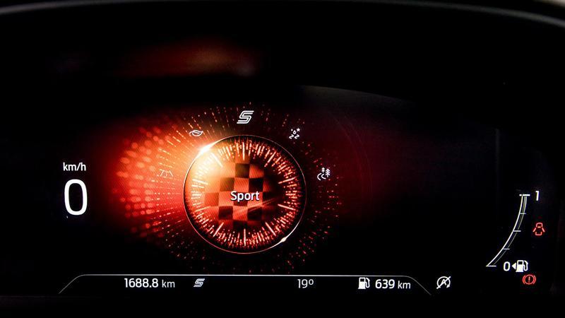 Jeder Fahrmodus wird mit einer Grafik auf der digitalen Instrumententafel visualisiert, das Sport-Programm trägt - natürlich - Rot.