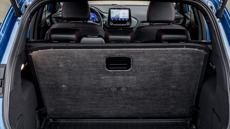 Praktisch: Der flexible Ladeboden ist mit einer Hand in der Höhe zu verstellen, wird er nicht gebraucht, findet er aufrecht in einer Halterung hinter den Rücksitzlehnen Platz.