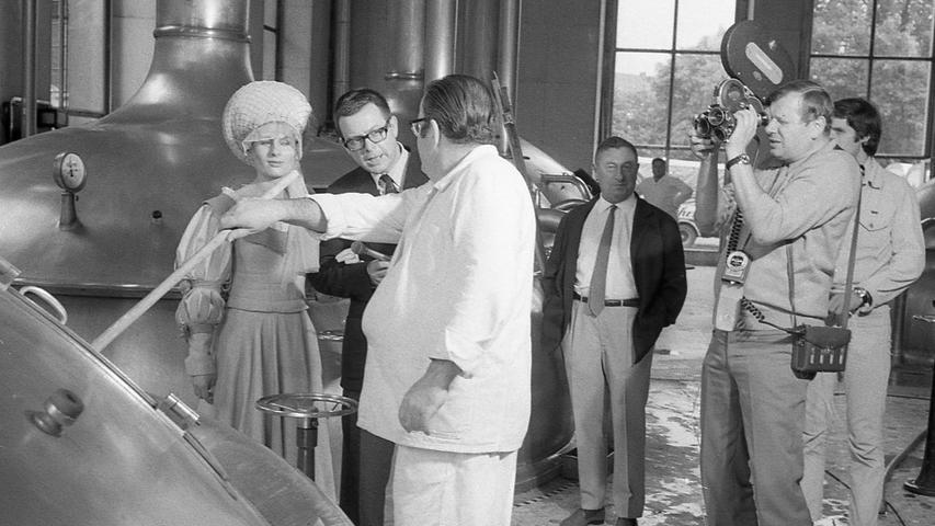 Elsbeth Tucher, Ausgabe 1970 (links), erkundigt sich in einer Nürnberger Brauerei danach, wem ihr Konterfei bekannt vorkommt. Neben ihr der Autor der Sendung, Armin Schikora. Rechts der Kameramann, der die Szene filmt. Hier geht es zum Artikel vom14. August 1970: Nur wenige kannten die Tucherin.