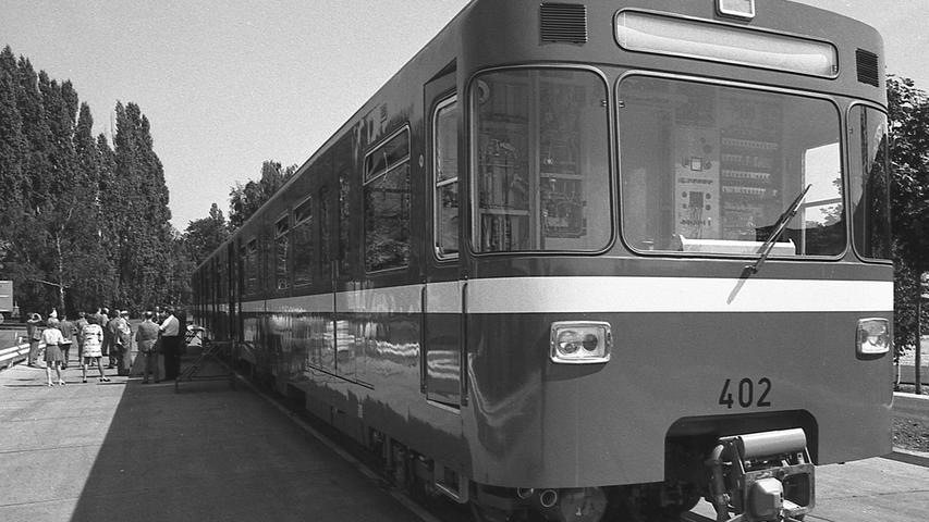 Rot wie die Feuerwehr, mit einem weißen Streifen um die Taille, stand er gestern im Hof der MAN In der Sonne: der erste zweiteilige Triebwagen für die Nürnberger U-Bahn. Hier geht es zum Artikel vom15. August 1970: Der erste Pegnitz-Pfeil ist fertig.