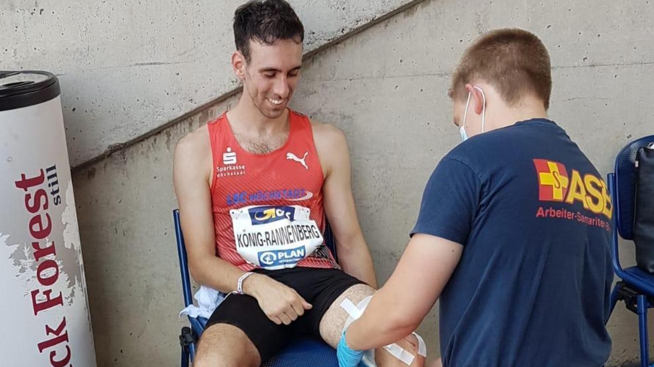 Lachend bei den Sanitätern: Adrian König-Rannenberg (links) verletzte sich bei seinem Sturz im 1500-Meter-Rennen, konnte am Ende aber trotzdem nur noch grinsen.