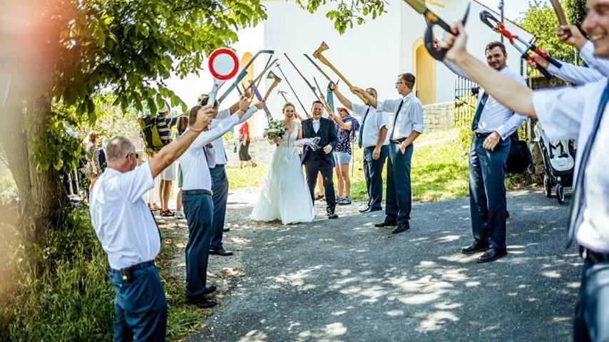 Johannes und Saskia haben sich in der Kirche in Walkersbrunn feierlich das Ja-Wort gegeben. Die Kirche in Walkersbrunn hat eine besondere Bedeutung für die Beiden, weil der Opa des Bräutigams damals dort evangelischer Pfarrer war. Johannes ist als Bergungshelfer beim THW Forchheim aktiv. Da ließ es sich das THW nicht nehmen, das frisch vermählte Hochzeitspaar durch ein Spalier in den Hafen der Ehe gehen zu lassen. Auch eine kleine Aufgabe hatten Johannes und Saskia zu bewältigen: Das bei 40 Grad aufgewärmte Bier mit einem