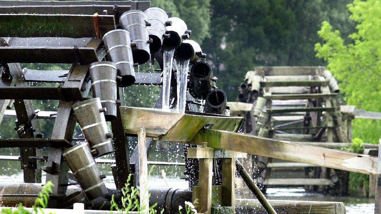 Die historischen Wasserschöpfräder an der Regnitz bei Möhrendorf werden als Technik- und Kulturdenkmale erhalten. Zu verdanken ist dies einem Verein, der vor 15 Jahren gegründet wurde. Heutzutage werden sie von ehrenamtlichen Helfern zu Beginn der Sommersaison aufgestellt und am Ende der Saison abgebaut.