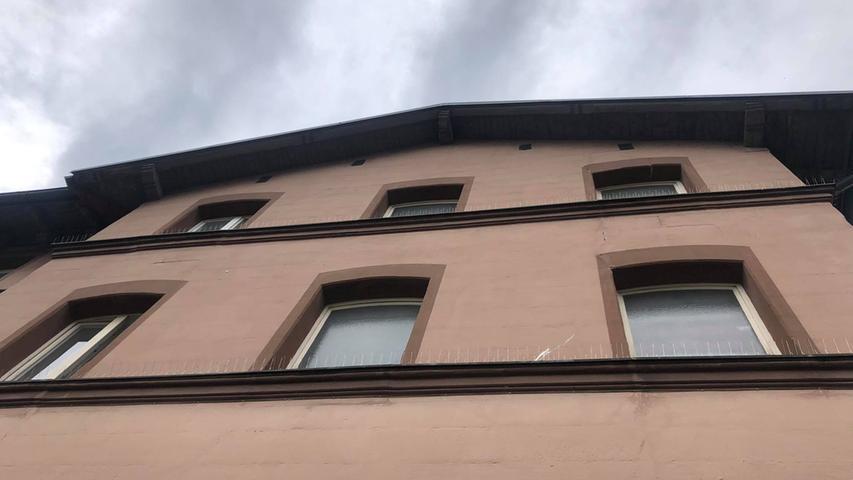 Das Äußere: Eigentlich handelt es sich dabei um ein historisches Gebäude, welches augenscheinlich wenig gepflegt wird. Die meisten Räume im Inneren stehen einfach leer. Viele Fenster sind blickdicht.