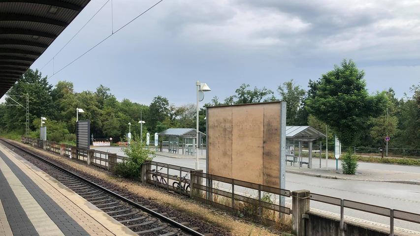Ein Blick auf die Gleise und leeren Plakatwände am Bahnhof Roth.