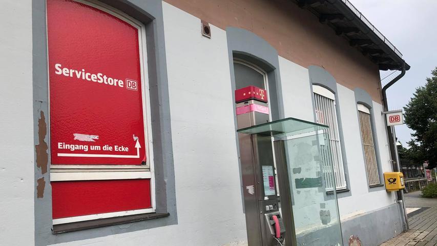 Auf der Rückseite des Bahnhofs wird der Service-Store angekündigt. Auch hier sieht die Fassade des Gebäudes wenig einladen aus.