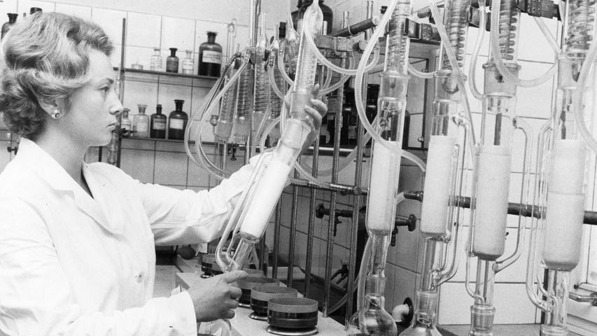 Allzu fettreiche Wurst wird im Labor genau untersucht: in komplizierten Versuchen wird jedes Gramm unerlaubtes Fettprozent mit Hilfe dieser Apparatur nachgewiesen. Hier geht es zum Artikel vom17. August 1970: Mäuse machen den Durst nicht schön.