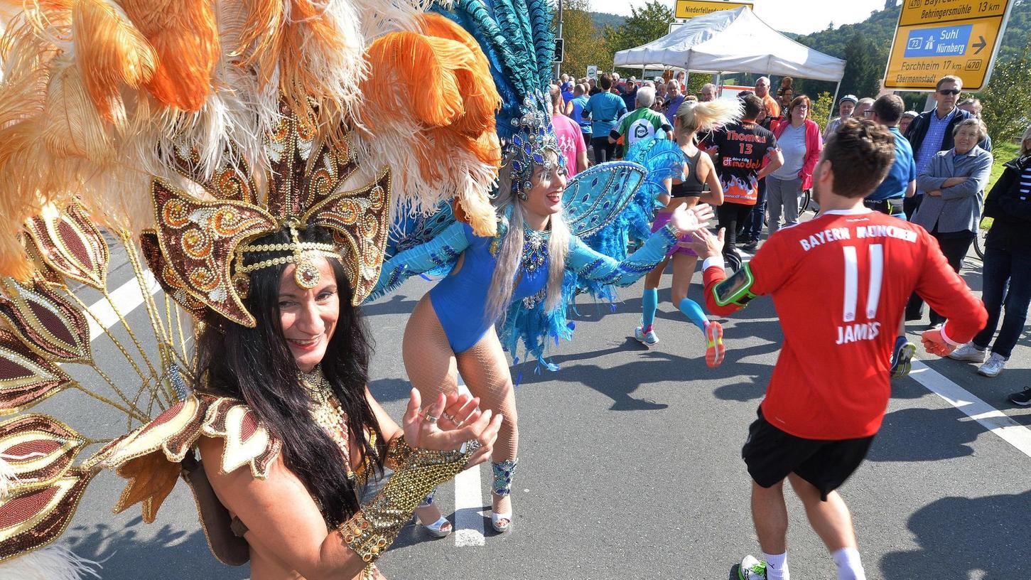 Sambatänzerinnnen und Zuschauer dicht beieinander – davon lebt auch der Fränkische-Schweiz-Marathon. In Corona-Zeiten ist das jedoch ein Problem, das letztlich zur Absage führte.