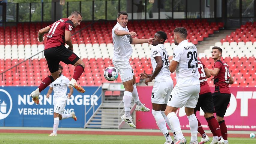 15.08.2020 --- Fussball --- Saison 2020 2021 --- Testspiel / Freundschaftsspie / Vorbereitungsspiel: 1. FC Nürnberg Nuernberg FCN ( Club ) - FC Augsburg FCA --- Foto: Sportfoto Zink/Daniel Marr/  ---   Adam Zrelak (11, 1. FC Nürnberg / FCN ) mit Kopfball