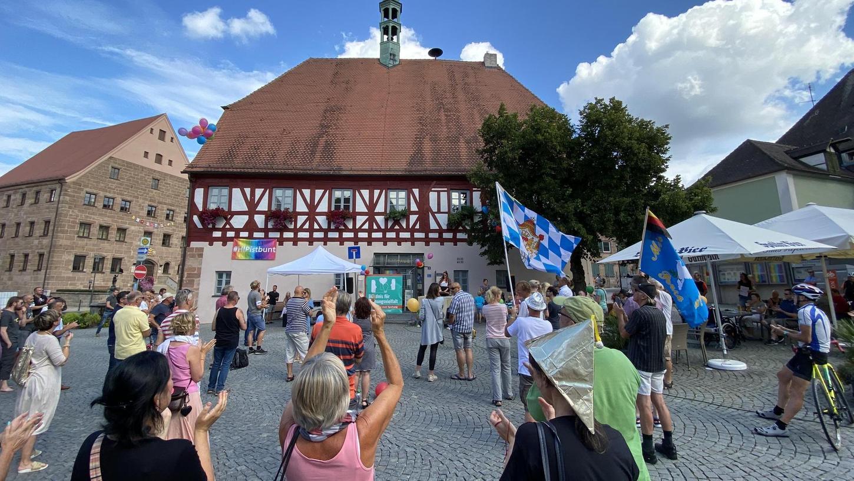 Vor dem Rathaus gab es über die samstägliche Mahnwache hinaus eine Kundgebung, nach Ansicht der Stadtratsfraktion eine rechte Meinungsmache.
