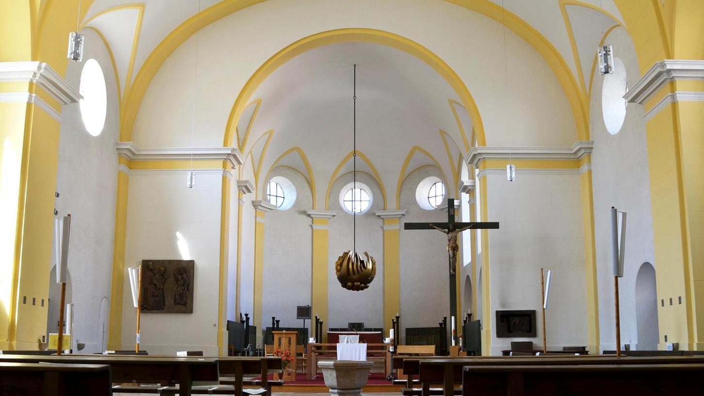 """So sieht St. Michael derzeit von innen aus. Nach Plänen der Kirchenverwaltung würde jedoch in Zukunft ein """"liturgischer Behang"""" den Chor – also den hinteren Raum ab dem großen Halbbogen hinter dem Kreuz – vom Kirchenraum abtrennen."""