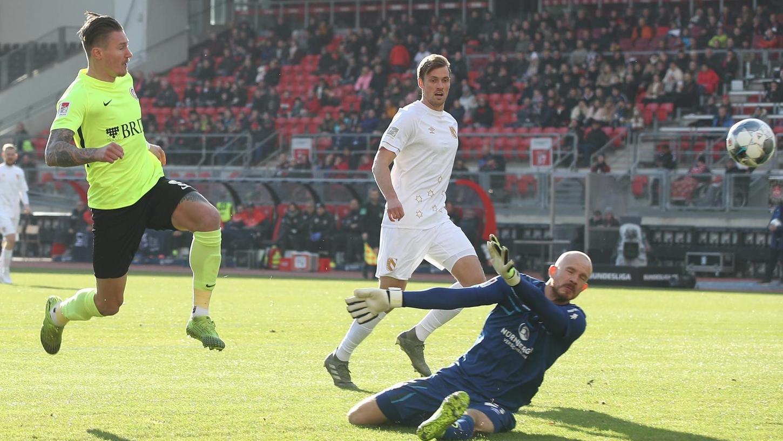 Wie man Tore im Max-Morlock-Stadion schießt, weiß Manuel Schäffler: Hier trifft er trotz der Gegenwehr von Asger Sörensen und Torwart Felix Dornebusch in der Hinrunde der vergangenen Saison.