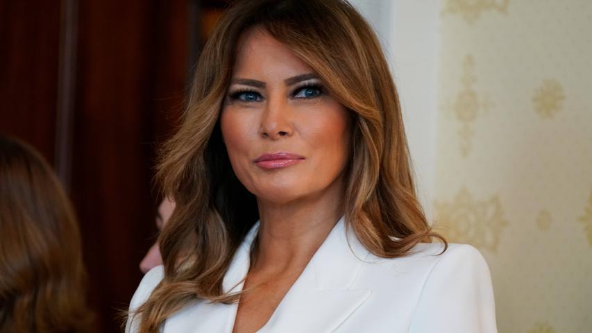 Nein, die Vorführdame meinte früher nicht die Gattin des US-Präsidenten. Aber Melania Trump hat früher mal als Model gearbeitet. Und das hieß in früheren Zeiten mal Vorführdame.
